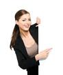 Geschäftsfrau zeigt auf Schild