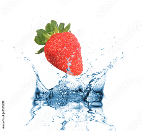 Spoed Foto op Canvas Opspattend water Strawberry dropped into water splash on white