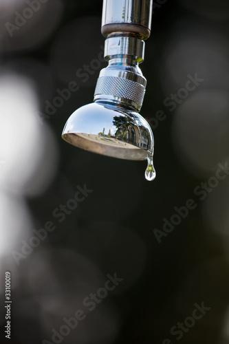 Fotografie, Obraz  Wassertropfen einer Dusche im Freien