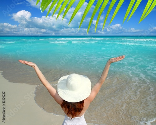 Foto op Plexiglas Caraïben Caribbean beach woman rear view hat open arms