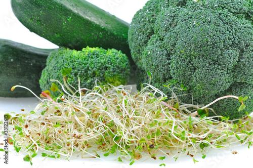 zielone warzywa z kiełkami na białym tle
