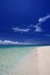 真っ白な砂浜と透明な海
