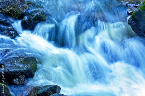Bach mit Wasser und Steinen im Gebirge Fototapeta