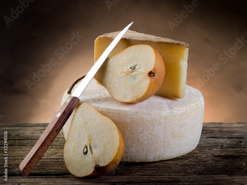 Staande foto Zuivelproducten sliced pears and cheese