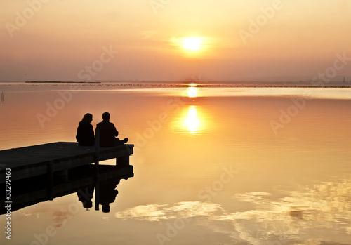 Foto auf AluDibond Pier compartiendo juntos el amanecer