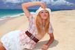 水納島の砂浜に横になり寛ぐ女性