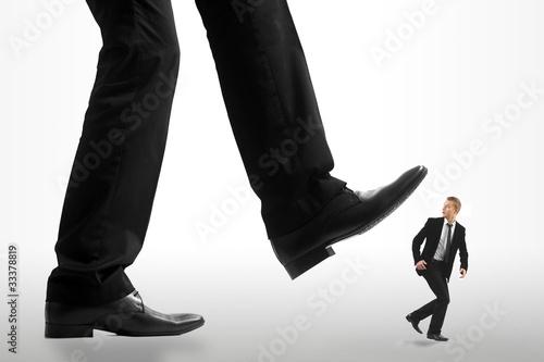 Fotografie, Obraz  Homme d'affaire se faisant écraser par un géant