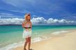 水納島のビーチでリラックスしている笑顔の女性