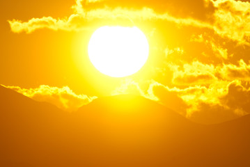 Paesaggio con grosso sole caldo -  Global warming concept Global overheating effect
