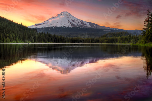 Spoed Foto op Canvas Grijze traf. Reflection of Mount Hood on Trillium Lake at Sunset