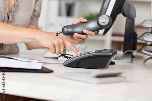 Obraz bürokauffrau mit telefonhörer - fototapety do salonu