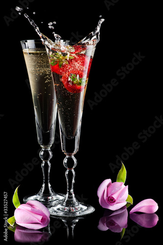 Poster Eclaboussures d eau Two glasses of sparkling splashing wine (champagne) and roses