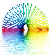 Anello Di Colori Con Riflesso In Acqua