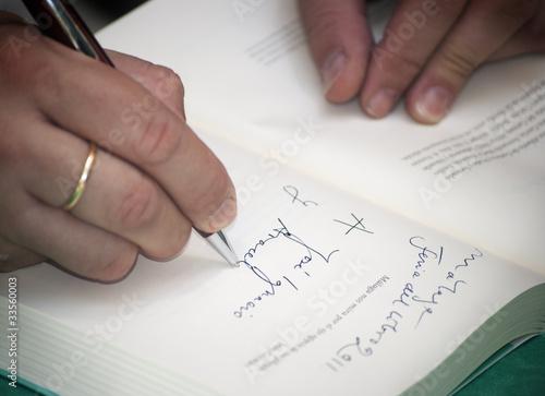 Fotografia  Signing an autograph