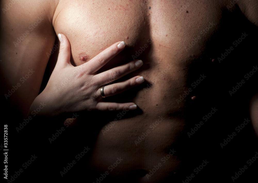 Fototapeta Męski tors i kobieca dłoń