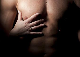 Męski tors i kobieca dłoń