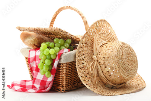 Fotobehang Picknick Picnic basket and straw hat