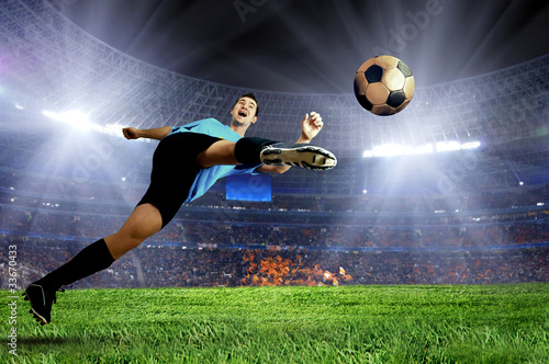 Montage in der Fensternische Fußball Football player on field of stadium