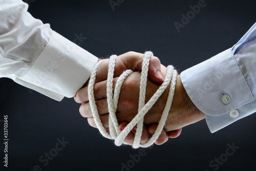 Photo  Binding business handshake with rope