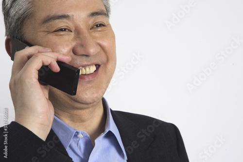 Fotografía  携帯電話で話をするビジネスマン