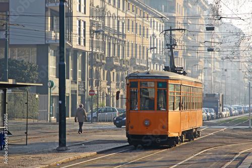 starego-rocznika-pomaranczowy-tramwaj-na-ulicie-mediolan-wlochy