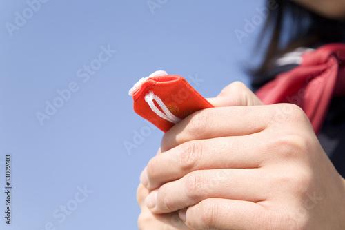 Photo お守りを握り締める女子中学生の手元