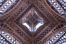 La Tour Eiffel Vue De Dessous - Paris