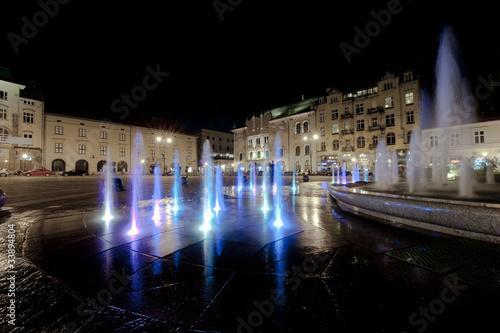 fontanna-w-krakowie-w-nocy
