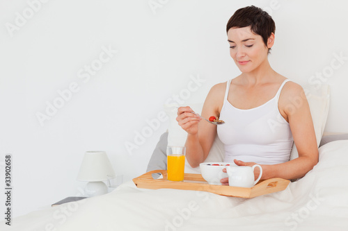 Photographie  Good looking woman eating cereals