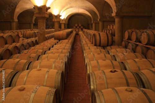Fototapeta piwnica   winiarnia-barrique-drewniane-beczki-z-czerwonego-wina-piemont-wlochy