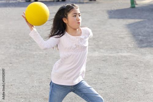 Valokuva  ドッジボールをする小学生女子