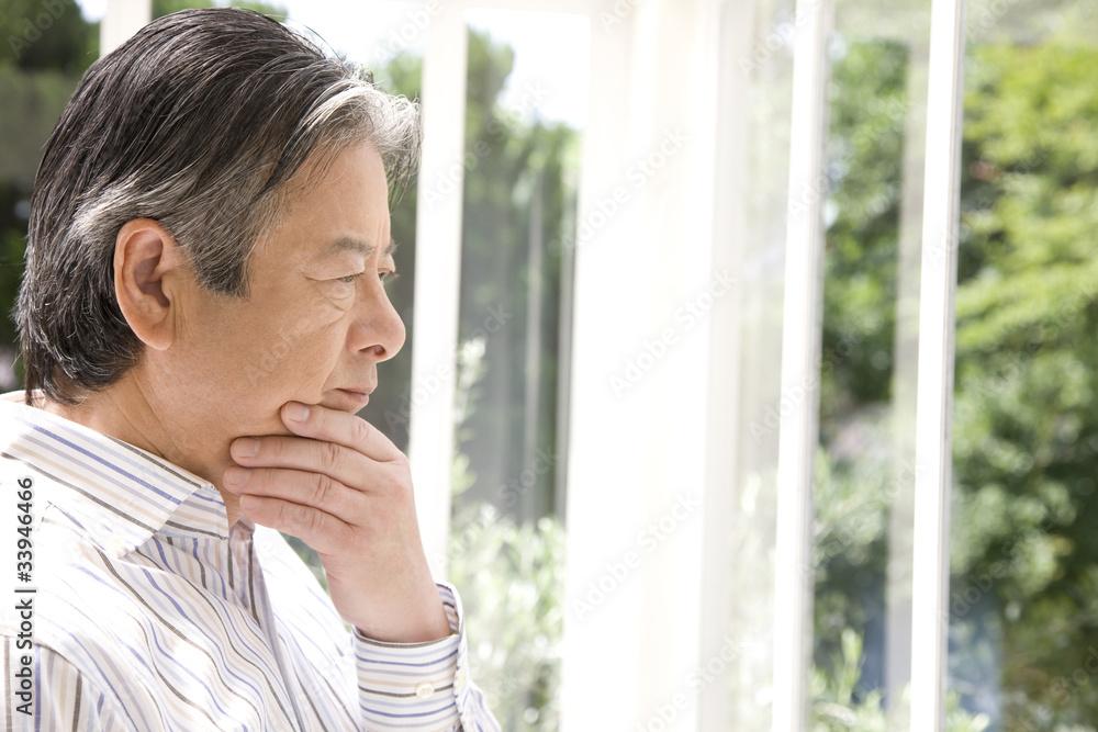 Fototapeta 考え事をするシニア男性