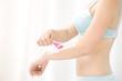 腕の無駄毛を処理する女性