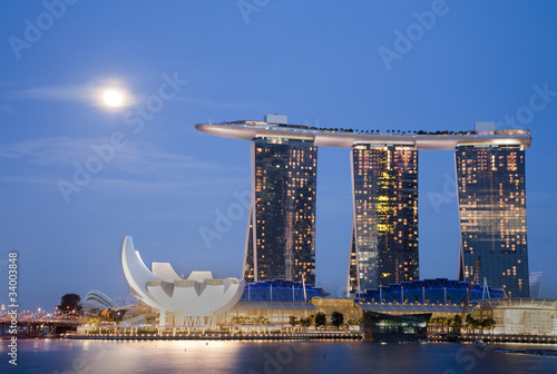 Spoed Foto op Canvas Singapore Moon over Marina Bay Sands