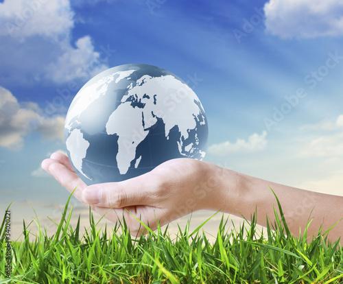 Plakaty ziemia trzyma-swiecaca-kule-ziemska-w-dloniach