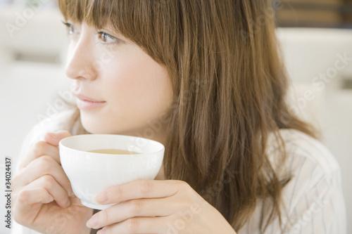 Obraz お茶を飲む女性 - fototapety do salonu