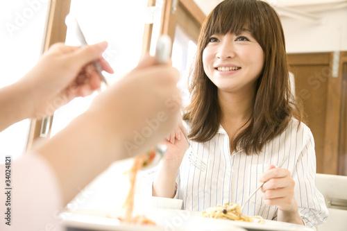 In de dag Kruidenierswinkel パスタを食べる2人の女性