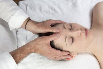 Fototapeta na wymiar massage rééquilibrant du visage