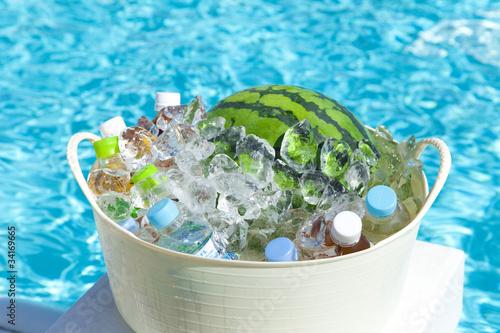 Valokuva  プールサイドで冷やすスイカと飲料水