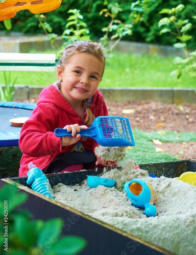 Fotografie, Obraz  Kind im Sandkasten