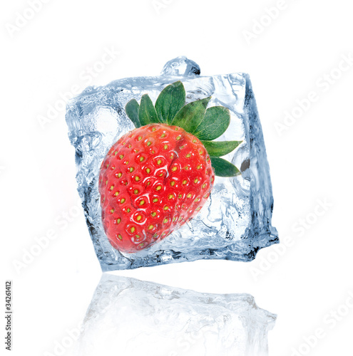 Poster Dans la glace Strawberry frozen in ice cube