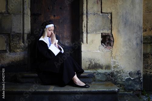Photo  Prayer on city stairs