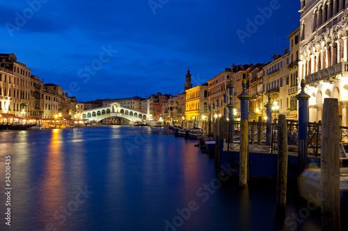 wenecja-w-nocy-na-canal-grande-z-widokiem-na-rialto