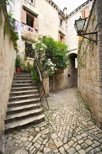 dziedziniec-ze-schodami-w-srodziemnomorskim-miescie