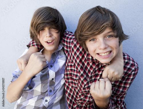 Fotografia  jeunes garçons positifs