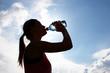 Sportlerin trinkt aus Wasserflasche