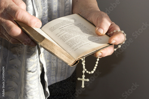 Fényképezés hand of old woman by prayer