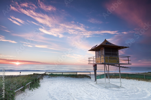 Foto op Plexiglas Australië australian lifeguard hut at sunrise (gold coast, qld, australia)