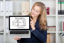 Lächelnde Frau Zeigt Portfolio Analyse Am Bildschirm