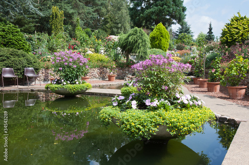 Papiers peints Jardin Ornamental garden with beautiful pond